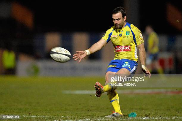Clermont's French scrumhalf Morgan Parra shoots the ball to score during the French Top 14 rugby union match between Racing Metro 92 and ASM Clermont...