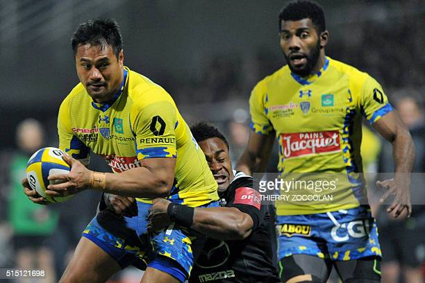 Clermont's New Zealande fly half Isaia Toeava is tackled during the French Union Rugby match ASM Clermont vs Brive at the Michelin stadium in...