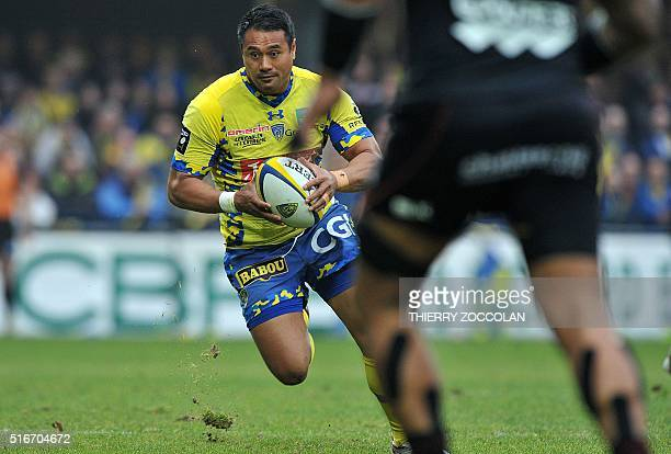 Clermont's New Zealander flyhalf Isaia Toeava runs with the ball during the French Top 14 rugby union match between ASM Clermont and Toulouse at the...