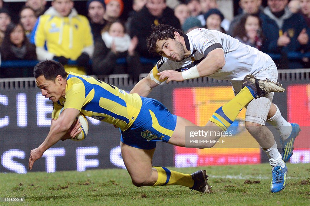 Clermont's New Zealander scrum-half Kevin Senio (L) scores a try during the French Top 14 rugby union match between Clermont-Ferrand and Mont-de-Marsan on February 16, 2013 at the Marcel Michelin Stadium in Clermont-Ferrand.