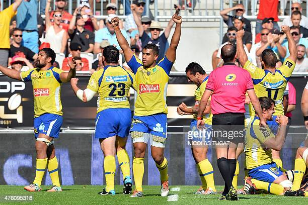 Clermont's players celebrate after winning the French Top 14 rugby union semifinal match between Clermont and Toulouse on June 6 2015 at the Nouveau...