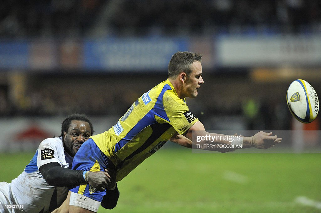 Clermont's Welsh fullback Lee Byrne (R) makes a pass during the French Top 14 rugby Union match ASM Clermont Auvergne vs Castres Olympique on March 9, 2013 at the Marcel Michelin stadium in the French central city of Clermont-Ferrand.