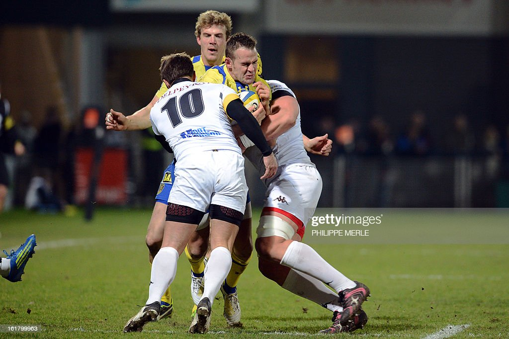 Clermont's Welsh fullback Lee Byrne (C) vies with Mont-de-Marsan's French outside half Antoine Vignau-Tuquet (R) during the French Top 14 rugby union match between Clermont-Ferrand and Mont-de-Marsan on February 16, 2013 at the Marcel Michelin Stadium in Clermont-Ferrand.