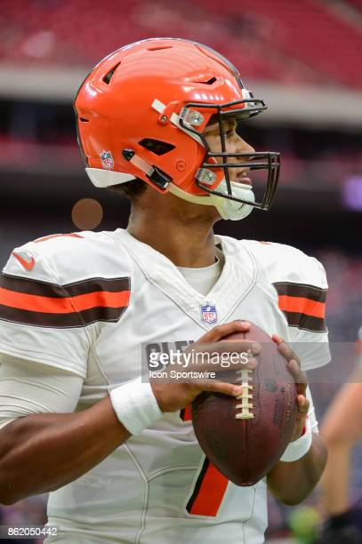 Cleveland Browns quarterback DeShone Kizer warms up before the football game between the Cleveland Browns and the Houston Texans on October 15 2017...