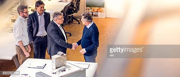 Cliente y de un arquitecto estrechándose las manos