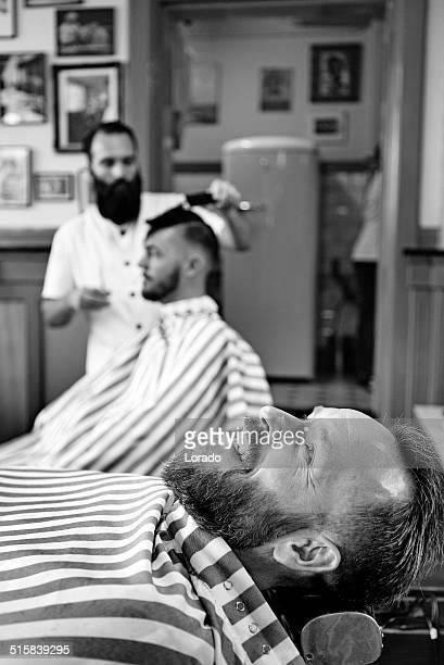 À espera de barbear cliente de barbear no de Barbearia