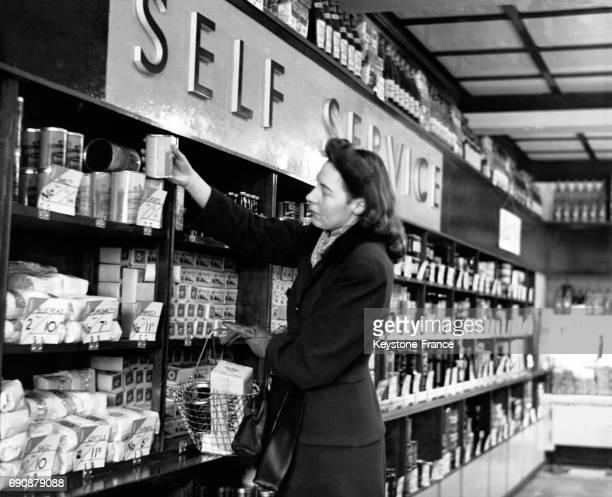 Cliente faisant ses courses dans un magasin en selfservice au RoyaumeUni