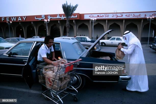 Clients chargeant leurs courses dans leur voiture sur le parking d'un supermarché en mars 1980 à Dammam Arabie saoudite