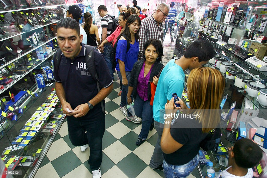 Clients crowd a store in Caracas on February 13, 2013. Venezuelans swamped stores on Tuesday to snap up everything from washing machines to plane tickets in a last-minute wave of panic-buying ahead of a 32 percent currency devaluation. AFP PHOTO/Geraldo CASO
