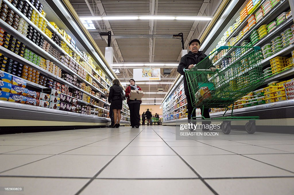 Clients do shopping in a supermarket in Besançon, eastern France, on March 1, 2013. AFP PHOTO / SEBASTIEN BOZON