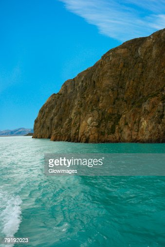 Cliff at a lakeside, Lake Argentino, Patagonia, Argentina : Foto de stock