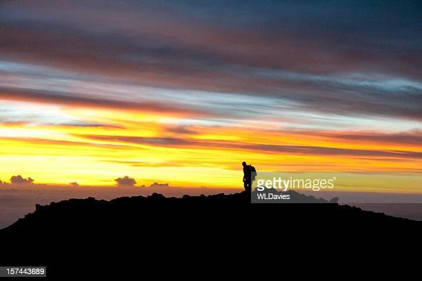 Grimpeur arrive au sommet du Kilimandjaro à l'aube