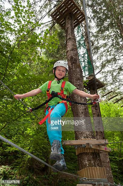Garçon de randonnée et de l'escalade au parc d'attractions