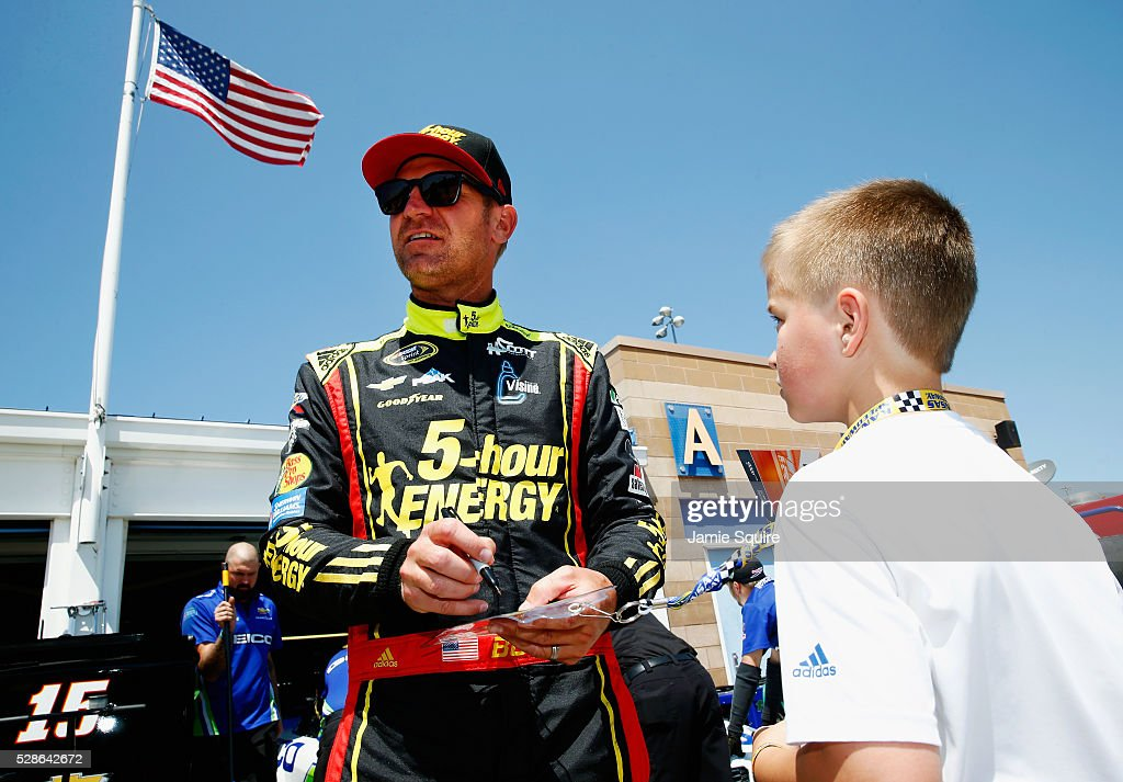 <a gi-track='captionPersonalityLinkClicked' href=/galleries/search?phrase=Clint+Bowyer&family=editorial&specificpeople=537951 ng-click='$event.stopPropagation()'>Clint Bowyer</a>, driver of the #15 5-hour ENERGY Chevrolet, signs an autograph during practice for the NASCAR Sprint Cup Series Go Bowling 400 at Kansas Speedway on May 6, 2016 in Kansas City, Kansas.