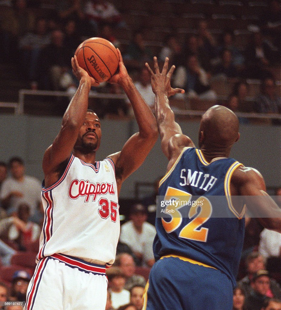 Clippers Loy Vaught 35 sets up against Warriors Joe Smith 32
