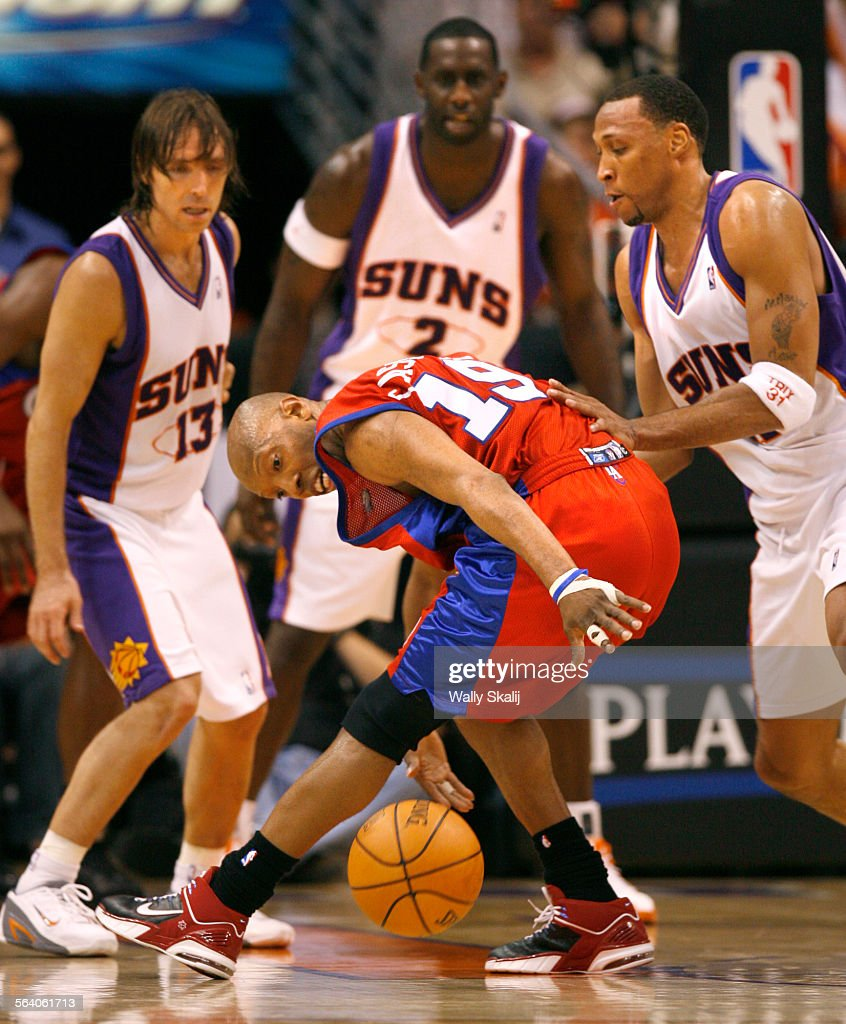 Clippers Sam Cassell loses control of the ball in front of Suns