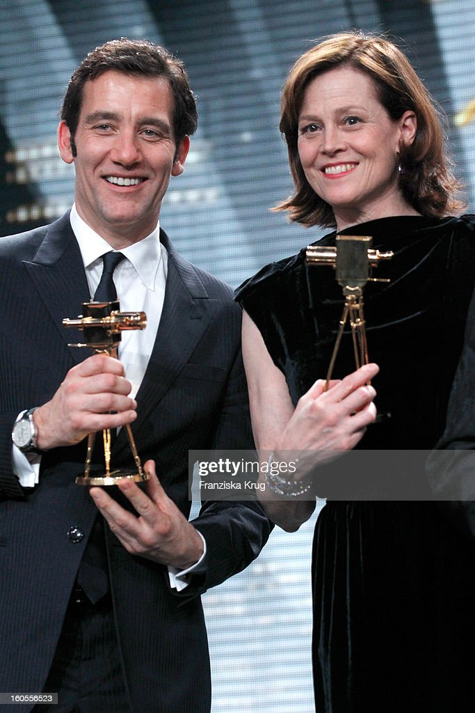 <a gi-track='captionPersonalityLinkClicked' href=/galleries/search?phrase=Clive+Owen&family=editorial&specificpeople=201515 ng-click='$event.stopPropagation()'>Clive Owen</a> and <a gi-track='captionPersonalityLinkClicked' href=/galleries/search?phrase=Sigourney+Weaver&family=editorial&specificpeople=201647 ng-click='$event.stopPropagation()'>Sigourney Weaver</a> present their awards at 'Goldene Kamera 2013' at Axel Springer Haus on February 2, 2013 in Berlin, Germany.
