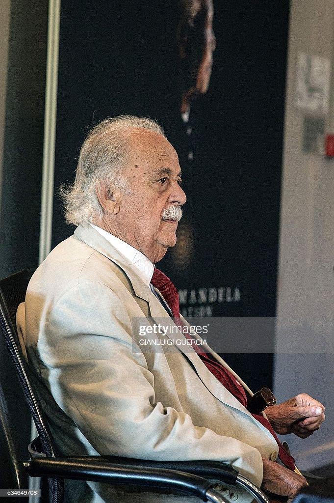 Close friend and legal advisor of the late South African President and global icon Nelson Mandela, George Bizos arrives for the the public announcement of the distribution of all cash bequests made in terms of the Will of Nelson Mandela, at the Mandela Foundation in Johannesburg, on May 27, 2016 / AFP / GIANLUIGI