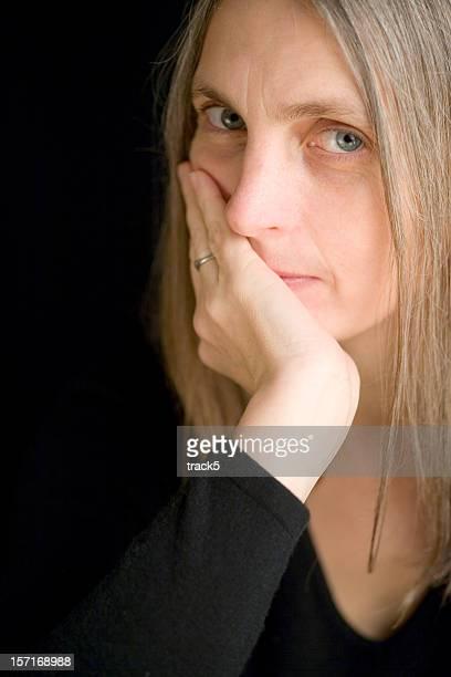 Nahaufnahme Porträt und Blickkontakt von zuversichtlich Reife weibliche