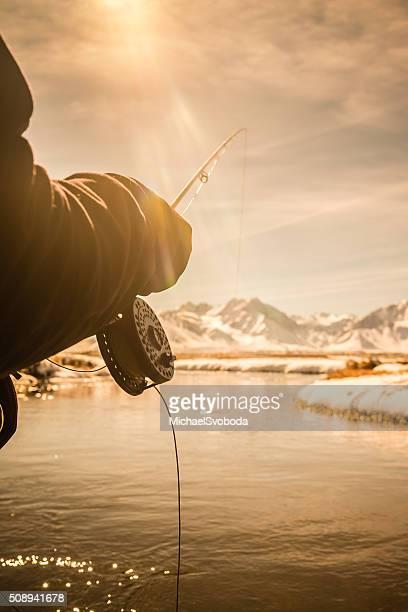 Primo piano POV di un volo canna e mulinello pesca