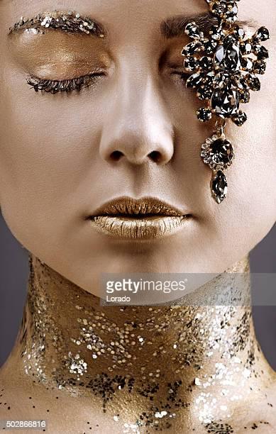 Nahaufnahme der schönen Frau mit Schmuck Luxus-Posieren