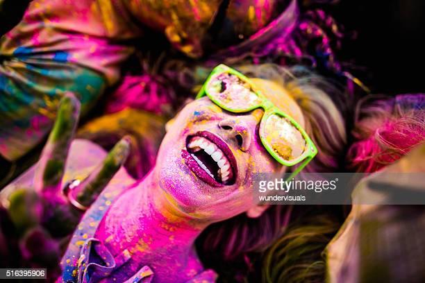 Nahaufnahme Gesicht Aufnahme von Mädchen, die mit Holi Pulver