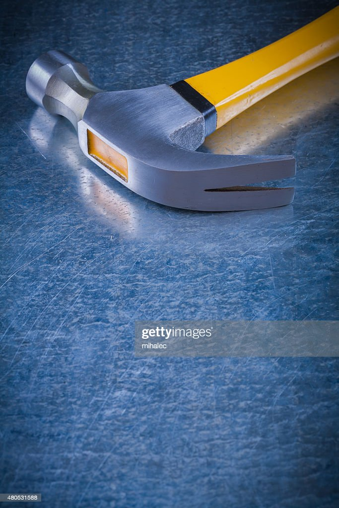 Close up image of claw hammer on scratched vintage metallic : Stockfoto