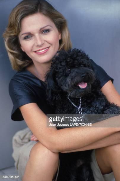 Close up Jeane Manson ici avec son chien en juin 1983 a Paris France