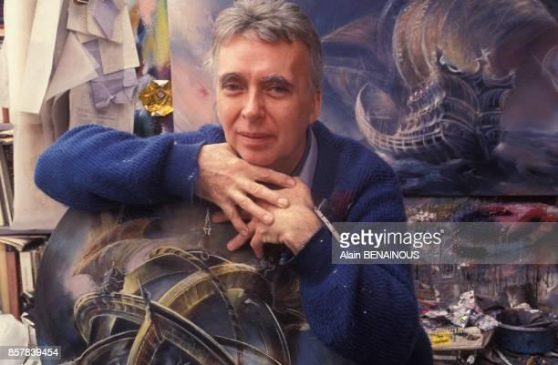 Close up le peintre Pierre Clayette et ses toiles sur Christophe Colomb le 30 mars 1992 a Paris France
