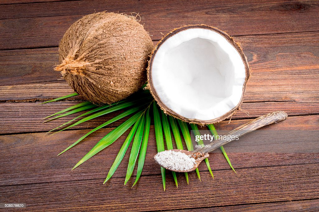 Close up of a coconut and grounded coconut flakes : Stockfoto