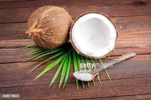 Nahaufnahme von einem Kokosnuss und geerdet Kokosflocken : Stock-Foto