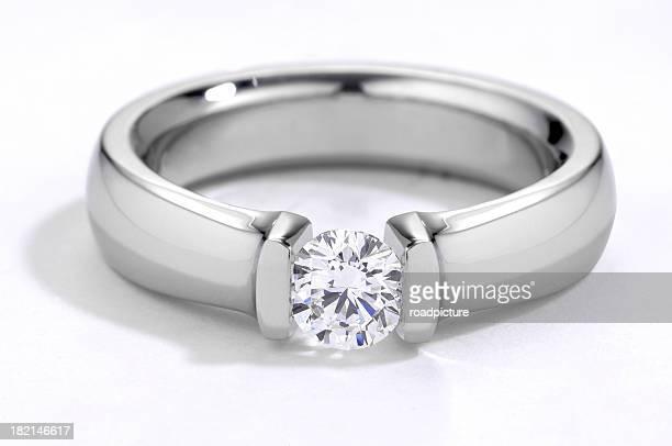 Primer plano de un diamante anillo de compromiso