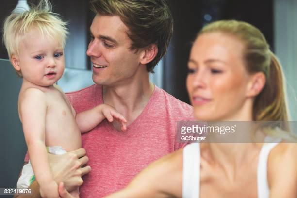 Nahaufnahme eines Vaters im Gespräch mit seinem baby