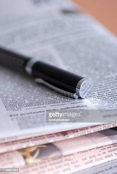 Gros plan sur un stylo sur un Journal financier