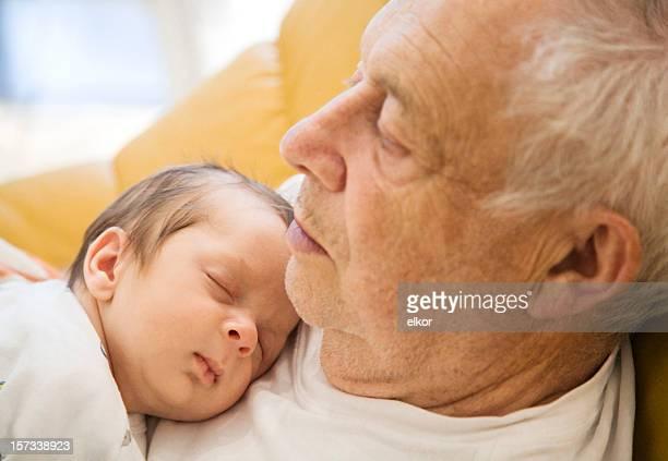 Bambino di dormire su nonno del torace.