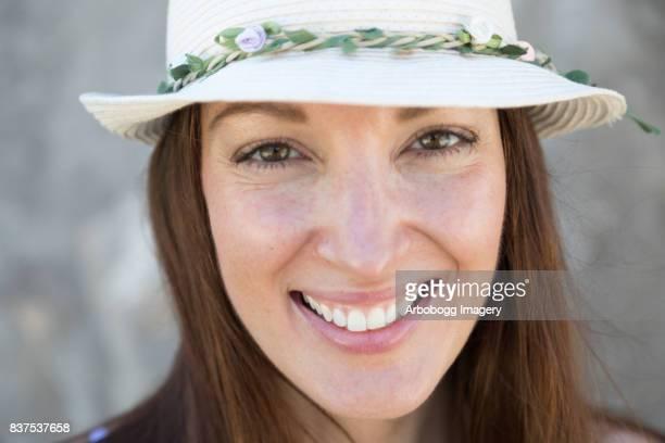 Gros plan d'une souriante jeune femme confiante