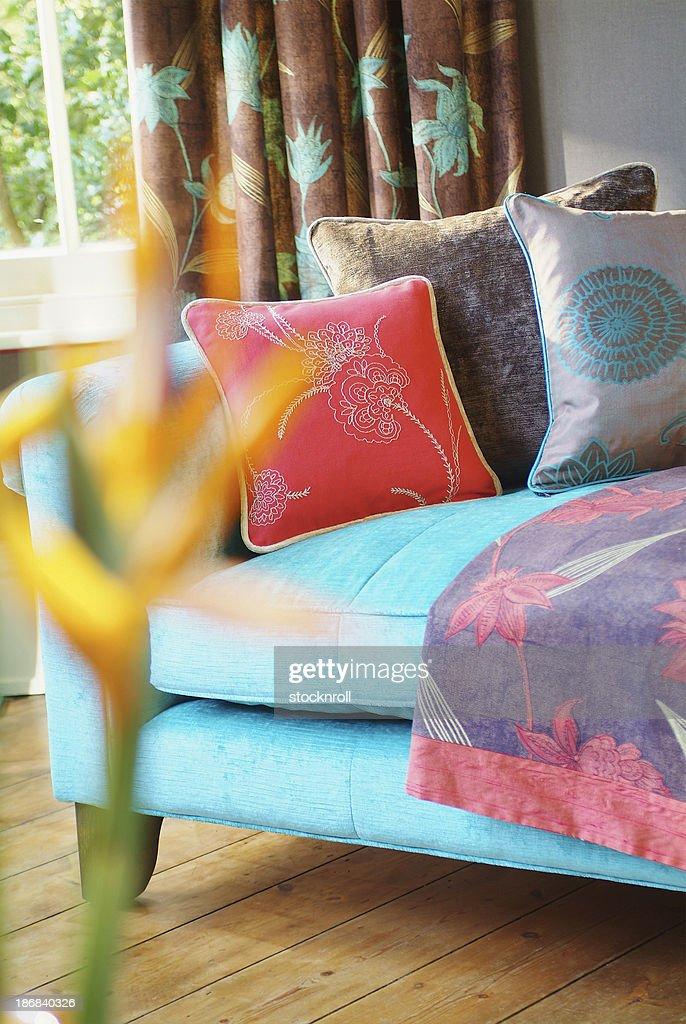 Gros plan d'un canapé dans la fenêtre avec des coussins : Photo