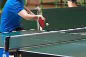 Primer plano de un jugador de tenis de mesa