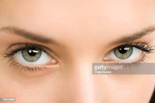 Gros plan d'une jeune femme les yeux