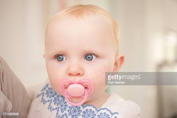 Nahaufnahme von baby mit Schnuller mit pink