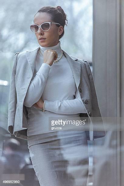 Gros plan de la Belle femme élégante, penche contre la fenêtre