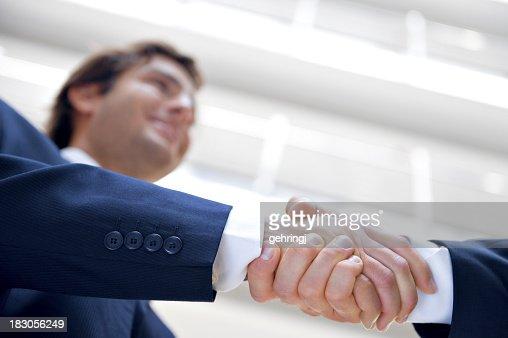 お仕事仲間との手を振るオフィスで