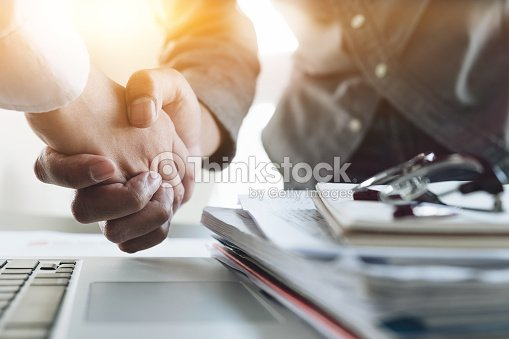 Close up of Business people shaking hands, finishing up meeting, business etiquette, congratulation, merger and acquisition concept : Foto de stock