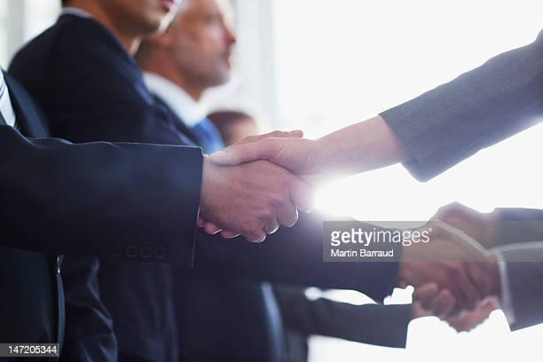 Nahaufnahme von Geschäftsleuten beim Händeschütteln in einer Reihe