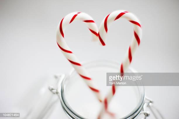Nahaufnahme des Zuckerstangen bilden Herz-Form