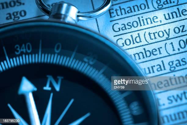 Nahaufnahme des Kompass auf einer Liste der verschiedenen Waren