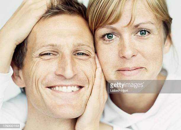 Gros plan du couple souriant ensemble