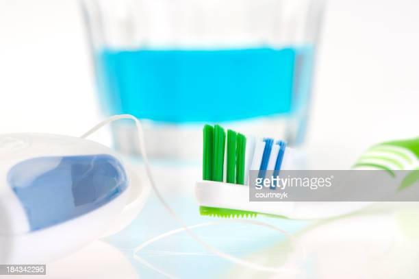 Gros plan de fil dentaire et brosse à dents et rince-bouche