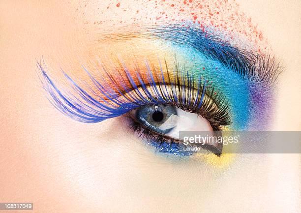 Gros plan des yeux avec du maquillage multicolore