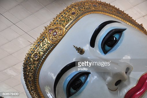 Close up of Giant reclining Buddha at Chaukhtatgyi temple : Stockfoto